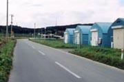 カマボコ型の青い倉庫